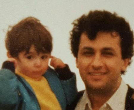 عکس کودکی نیوشا ضیغمی در اغوش پدرش