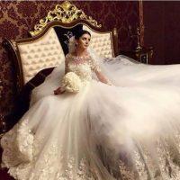 گالری مدل های  لباس عروس مجلل دنباله دار / آستین دار دانتل